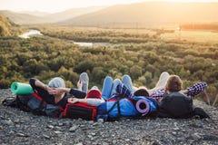 Podróżować, turystyki i przyjaźni pojęcie, Grupa młodzi przyjaciele podróżuje wpólnie w górach Szczęśliwy modniś fotografia stock