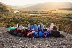 Podróżować, turystyki i przyjaźni pojęcie, Grupa młodzi przyjaciele podróżuje wpólnie w górach Szczęśliwy modniś obrazy royalty free