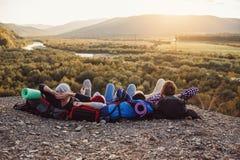 Podróżować, turystyki i przyjaźni pojęcie, Grupa młodzi przyjaciele podróżuje wpólnie w górach Szczęśliwy modniś fotografia royalty free