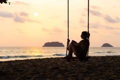 Podr?? bloga fotografia: Sylwetka kobieta w sukni podczas zmierzchu z widokiem nad morzem z ma?ym isand na horyzoncie obraz stock