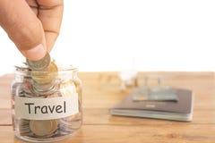 Podróż budżeta pojęcie Podróż pieniądze savings pojęcie Zbieracki pieniądze w pieniądze słoju dla podróży Pieniądze słój z moneta obrazy royalty free