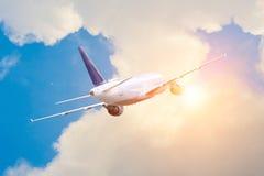 Podróż faraway kraje Samolot lata zyskujący wysokość w chmurach jaskrawy słońce fotografia stock