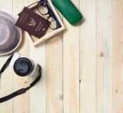Podróż faszeruje na drewnie z kopii przestrzeni tłem Obraz Stock