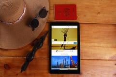Podróż i pojęcie odizolowywający w drewnianym tle Fotografia Stock