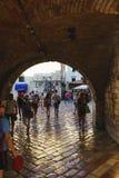 podróż Montenegro Turyści i goście miasto wchodzić do główną bramę forteca Zdjęcie Royalty Free