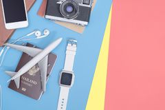 Podróż przedmiotów akcesoria na błękitnym kolorze żółtym różowią tło z paszportową kamerą i samolotem obrazy royalty free