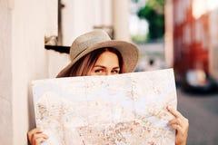 Podróż przewdonik Młody żeński podróżnik z plecakiem z mapą na ulicie i samochodowej miasta pojęcia Dublin mapy mała podróż Zdjęcia Royalty Free