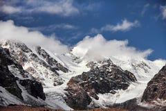 Podróż przez Altai gór Aktru Wycieczkować śnieżni szczyty Altai góry Przetrwanie w srogich warunkach, piękna natura Obraz Royalty Free