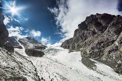 Podróż przez Altai gór Aktru Wycieczkować śnieżni szczyty Altai góry Przetrwanie w srogich warunkach, piękna natura Zdjęcia Royalty Free