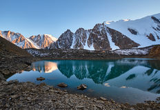 Podróż przez Altai gór Aktru Wycieczkować śnieżni szczyty Altai góry Przetrwanie w srogich warunkach, piękna natura Zdjęcie Stock