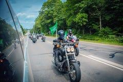 Podróż rowerzysta drużyna na motocyklach wokoło miasta, dedykująca akcja przeciw lekom i dymieniu obraz stock