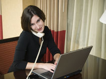 Podróż służbowa - laptopu szczęśliwy bizneswoman Obrazy Royalty Free