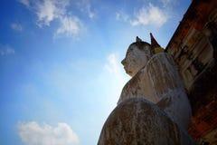 Podróż Tajlandia, Buddha statua w Wacie Yai Chaimongkol na tle - niebieskiego nieba i chmury, zdjęcie royalty free