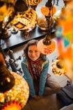 Podróż Turcja Kobieta widzii na tradycyjnej lekkiej lampie zdjęcia stock