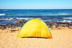 podróż, turystyka, podwyżki pojęcie - przegląda dennego campingowego namiot na plaży Obraz Royalty Free