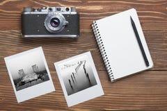 Podróż, urlopowy pojęcie Kamera, notepad, pióro i fotografia na biurowym drewnianym biurko stole, Odgórny widok z kopii przestrze Obrazy Stock