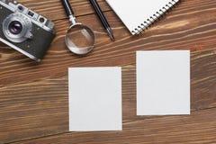 Podróż, urlopowy pojęcie Kamera, notepad, pióro, kredytowa karta, dostawy i fotografia na biurowym drewnianym biurko stole, wierz Zdjęcie Stock