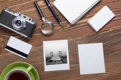 Podróż, urlopowy pojęcie Kamera, notepad, pióro, kredytowa karta, dostawy i fotografia na biurowym drewnianym biurko stole, wierz Zdjęcia Royalty Free
