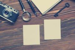 Podróż, urlopowy pojęcie Kamera, notepad, pióro, kredytowa karta, dostawy i fotografia na biurowym drewnianym biurko stole, wierz Fotografia Stock