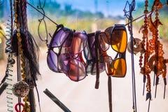 Podróż Van Obwieszenie Okulary przeciwsłoneczni i Paraphernali, Z paciorkami kolie obraz stock