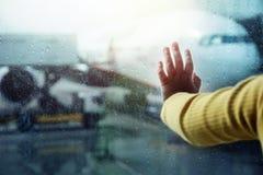 Podróż w deszczowego dnia pojęciu Zbliżenie dziecka ` s ręka na Windo zdjęcia stock
