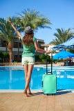 Podróż, wakacje letni i urlopowy pojęcie, - Piękna kobieta chodzi blisko hotelowego basenu terenu z turkusową walizką w Egipt zdjęcie stock