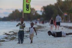 Podróż wokoło Tanzania Dwa chłopiec chodzi wzdłuż wybrzeża obrazy stock
