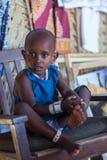 Podróż wokoło Tanzania Piękna Afrykańska dziewczyna jest ubranym błękita smokingowy patrzeć w kamerę fotografia royalty free
