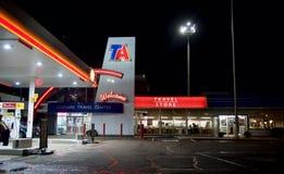Podróż Ześrodkowywa Benzynową stację i sklep wielobranżowy fotografia royalty free