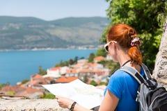 Podróżna dziewczyna z mapą Fotografia Stock