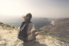Podróżna kobieta relaksuje i medytuje na wierzchołku góra zdjęcie stock