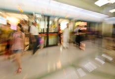 Podróżni ludzie przy stacją metru w ruch plamie Fotografia Royalty Free