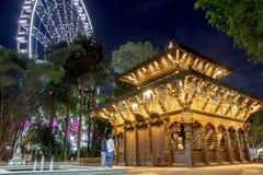 Podróżnicy badają pięknego ogród w nighttime zdjęcie stock
