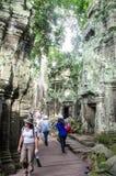 Podróżnicy chodzi przy Phnom Bakheng, Kambodża Sierpień, 24, 2013 Zdjęcie Royalty Free