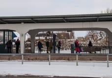 Podróżnicy czeka pociąg przy Maribo dworcem w Dani Zdjęcia Stock