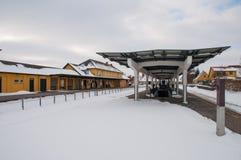 Podróżnicy czeka pociąg przy Maribo dworcem w Dani Zdjęcia Royalty Free