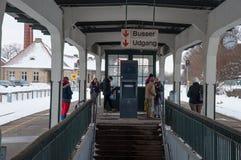 Podróżnicy czeka pociąg przy Maribo dworcem w Dani Fotografia Royalty Free