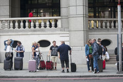 Podróżnicy czeka tranport Londyński Stansted lotnisko blisko Zdjęcia Royalty Free