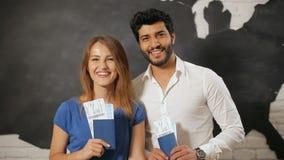 Podróżnicy demonstrują bilety i paszporty zbiory wideo
