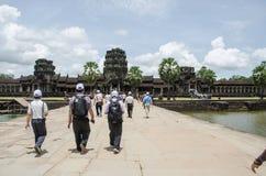 Podróżnicy iść Angkor wat, Kambodża Sierpień, 24, 2013 Fotografia Royalty Free