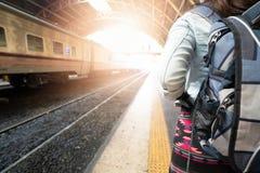 Podróżnicy i plecaki są podróżni pociągiem obraz royalty free