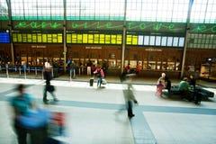 Podróżnicy kupują bilety wśrodku dziejowej sala stacja kolejowa Obrazy Royalty Free