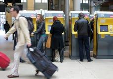 Podróżnicy kupuje taborowych bilety Zdjęcia Royalty Free
