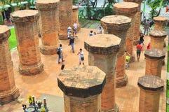 Podróżnicy odwiedzają Ponagar świątynię w Nha Trang obrazy stock