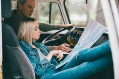 Podróżnicy patrzeje mapę Zdjęcia Stock