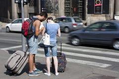 Podróżnicy patrzeje mapę na miasto ulicach zdjęcie stock