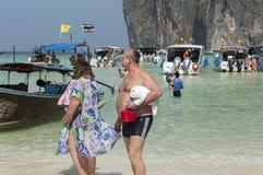 Podróżnicy przy kochankami plażowymi w Phuket zdjęcie royalty free
