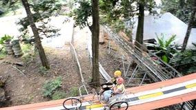 Podróżnicy robią przygody aktywności w dżungli; przejażdżka bicyklu krzyża linowy most przy sławnym Attr zbiory