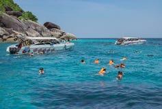Podróżnicy są pływający i snorkeling w Andaman morzu obraz stock