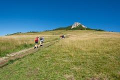 Podróżnicy trekking depresja szczyt biel Osiągają szczyt w dolomit górze, Południowy Tyrol, Włochy zdjęcia royalty free
